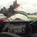Πουλιά έριξαν δύο μοτοσικλετιστές σε αγώνα Moto GP (Βίντεο).